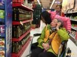 弘道寒冬助老 90歲失明奶奶樂採買