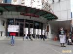 質疑包庇襲胸警 獨台新社分局前抗議