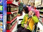 志工寒冬送暖 陪獨居老人買年貨