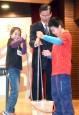 與學生玩科學實驗 李遠哲、翁啟惠開心「濕身」