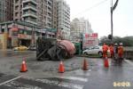 搶黃燈左轉 水泥車翻摔路旁