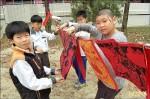 版畫創作紅包袋 學童得意羊羊