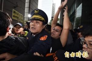 交通部前與警爆衝突 1收費員被壓傷待送醫