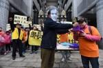 國道收費員到前交通部長家騎Ubike抗議