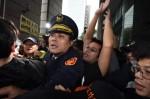 收費員抗爭變調 警方強制帶人爆發衝突