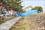 高市水利局旗山分洪 挖穿80年堤防
