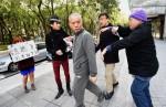 頂新魏應充報到 「台灣國」成員貼「恥」抗議
