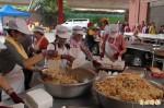 屏東玉皇宮擠爆 1萬5000斤壽麵呷平安