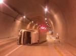 小貨車隧道翻滾 男子爬出求援