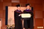 奇美創辦人許文龍 獲日拓殖大學授予名譽博士