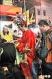 桃園燈會在龍潭》財神爺出巡 信眾搶領「發財母金」
