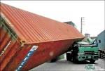3噸空貨櫃砸車頭 駕駛低頭閃逃一劫
