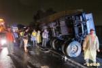 聯結車衝破國道護欄翻落邊坡 1人死亡