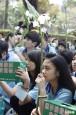 「親愛的,你在哪裡?」 300學生舉花上街募愛心