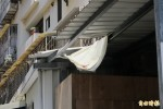 老翁陽台抽菸墜樓 遮雨棚擋下救一命