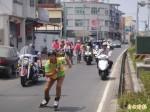 截肢陽光女鬥士單車環島 林園警交管引導