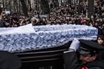 俄反對派領袖遇刺滿月 黑衣人鬧場亂丟祭品