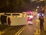 轎車攔腰撞翻救護車 3人輕傷
