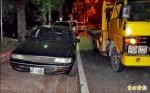 通緝犯棄車落跑 3歲女丟給警察顧