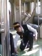 女列車長蹲跪替旅客擦拭咖啡 網友讚「人美心美」