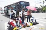 公車撞阿伯 3好心男女撐傘擋路