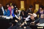 抗議亞投行申請黑箱 台聯再佔立院主席台