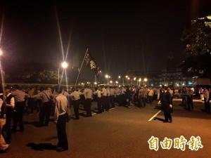 03:41 警察手勾手圍成人龍逼退學生