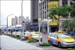 《板橋車站前》 計程車排班佔道 機車族不滿