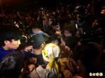 01:30 學生團體抗議亞投行 警二度舉牌 爆零星衝突
