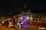 03:14 府前廣場2、300人群聚 百警周邊待命