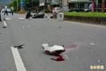 「碰!碰!碰!」轎車連三撞 機車騎士慘死