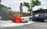 火燒保時捷 夫妻急跳車