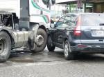 高市議員翁瑞珠座車遭拖板車擦撞 虛驚一場