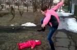 俄國人妻與老公吵架 竟作勢想踩女兒頭部