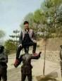 中國遊客坐雕像 網友撻伐批沒教養