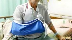 71歲翁斷骨穿右臂 勇騎1小時車就醫