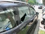 遭檢限制住居 男子砸車還刮法院招牌