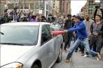 警「誤殺」非裔 巴爾的摩示威砸警車