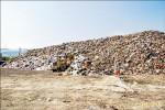 南投堆置8千噸垃圾 臭到居民要圍場