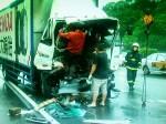 國道大貨車撞砂石車 2人受困救出送醫