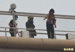 直擊!1婦女在屏東太平洋百貨欲跳樓