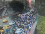 重型機具車漏油 中正橋往台北多輛機車「犁田」