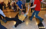 台聯青年軍赴機場抗議 航警保護朱立倫離開