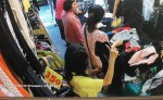 女慣竊混入購物人群 伸第三隻手