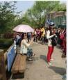 強國女老師帶隊出遊 男童沿路幫她撐傘