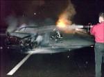 路滑撞護欄 百萬轎車燒成廢鐵