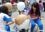 高2公尺異形蛋 學生慶端午創作