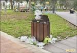 坪林公園假日爆人潮 違停、垃圾多
