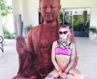 比基尼女模坐佛祖大腿  泰國網友發死亡威脅