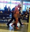 不爽航空公司超賣機票 老翁登機門前脫光遛鳥